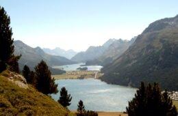 Machen Sie Ferien zuhause, zum Beispiel in Graubünden. Schöne Wanderung am Hahnensee vorbei hinab ins Oberengadin.