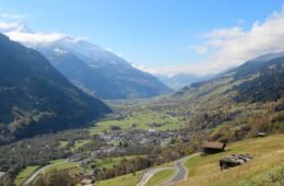 Die Schweiz macht dieses Jahr Ferien zuhause - zum Beispiel in der Surselva in Graubünden, hier bei Trun.
